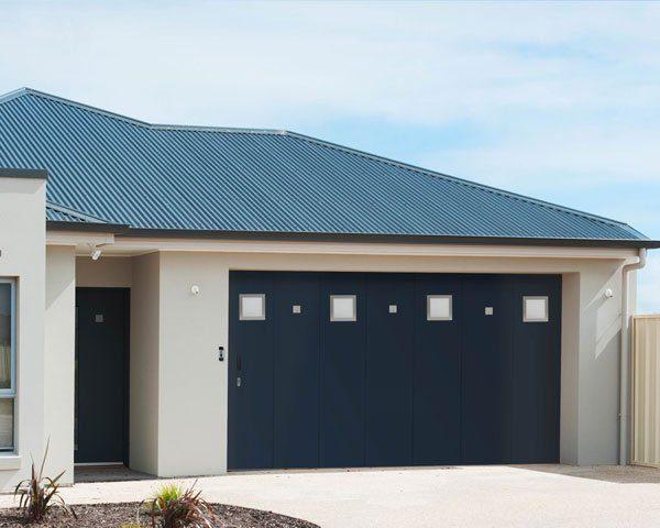 porte-de-garage-sectionnelle-laterale-avec-portillon-lv-fermetutres