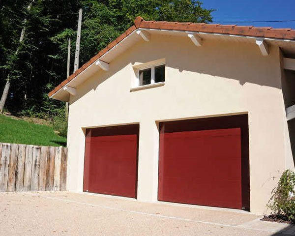 porte-de-garage-sectionnelle-sur-mesure-lv-fermetures-1