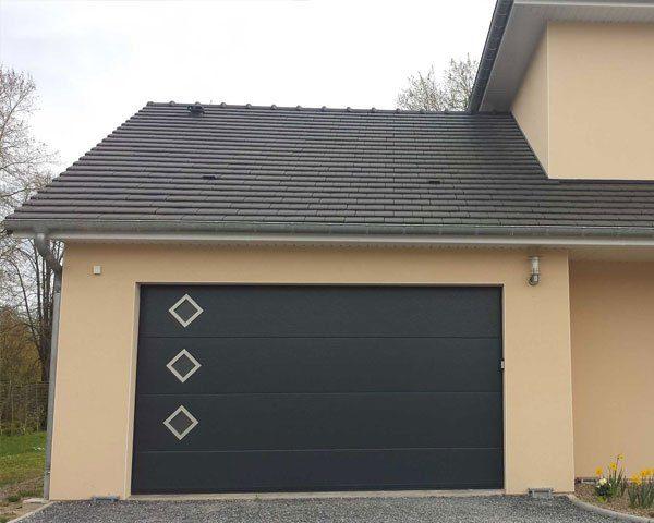 porte-de-garage-sectionnelle-sur-mesure-lv-fermetures-4
