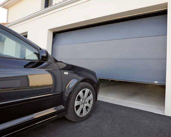 porte-de-garage-sectionnelle-sur-mesure-lv-fermetures-5