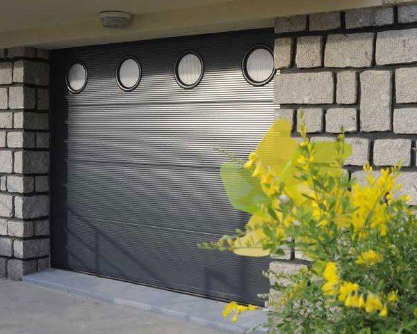 porte-de-garage-sectionnelle-sur-mesure-lv-fermetures